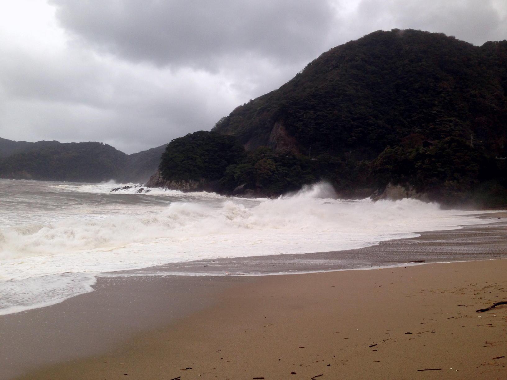 ドドンパドンドン、台風通過後の日本海!佐津ビーチとかえる島