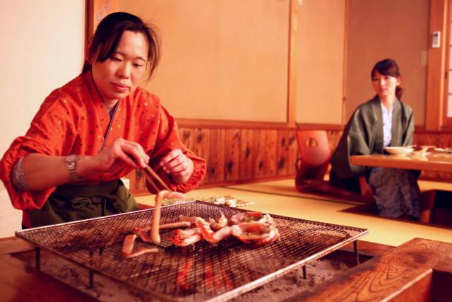 かどやでは炭火焼きガニをスタッフが焼く理由(松葉ガニ・香住ガニ共通のお話)