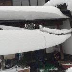 車でも徒歩でも大雪の後は晴れた日でも頭上から落ちてくる突然の雪に要注意!!