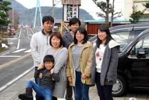 家族旅行で記念写真