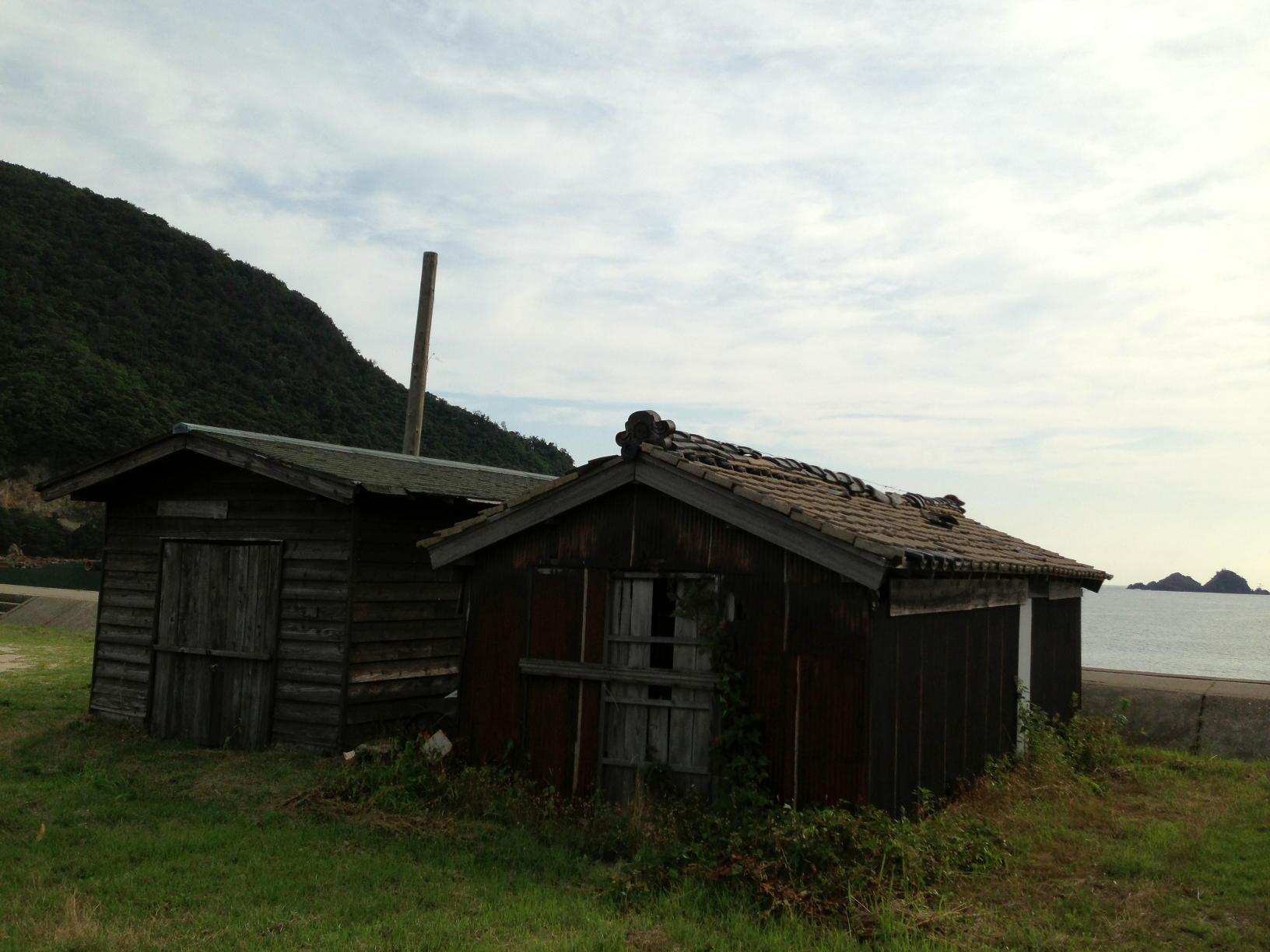 佐津ビーチにある古びた建物は何?~船小屋の歴史