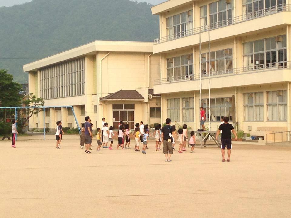 民宿かどや直ぐ隣、佐津小学校の校庭で朝6時半からラジオ体操をしています♪