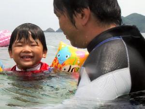 海でお父さんと一緒