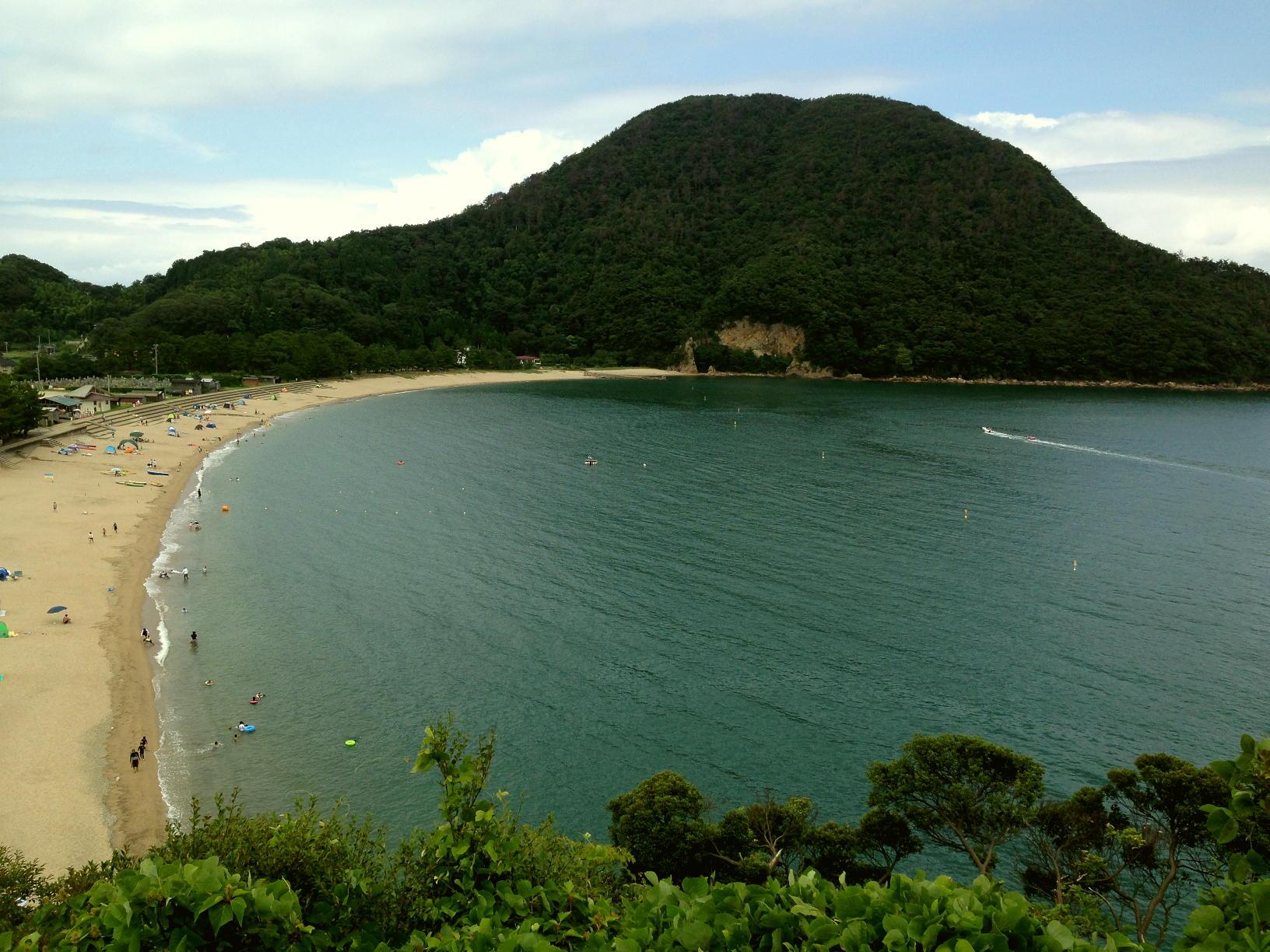 佐津海水浴場の全貌を眺めるには魚見台から