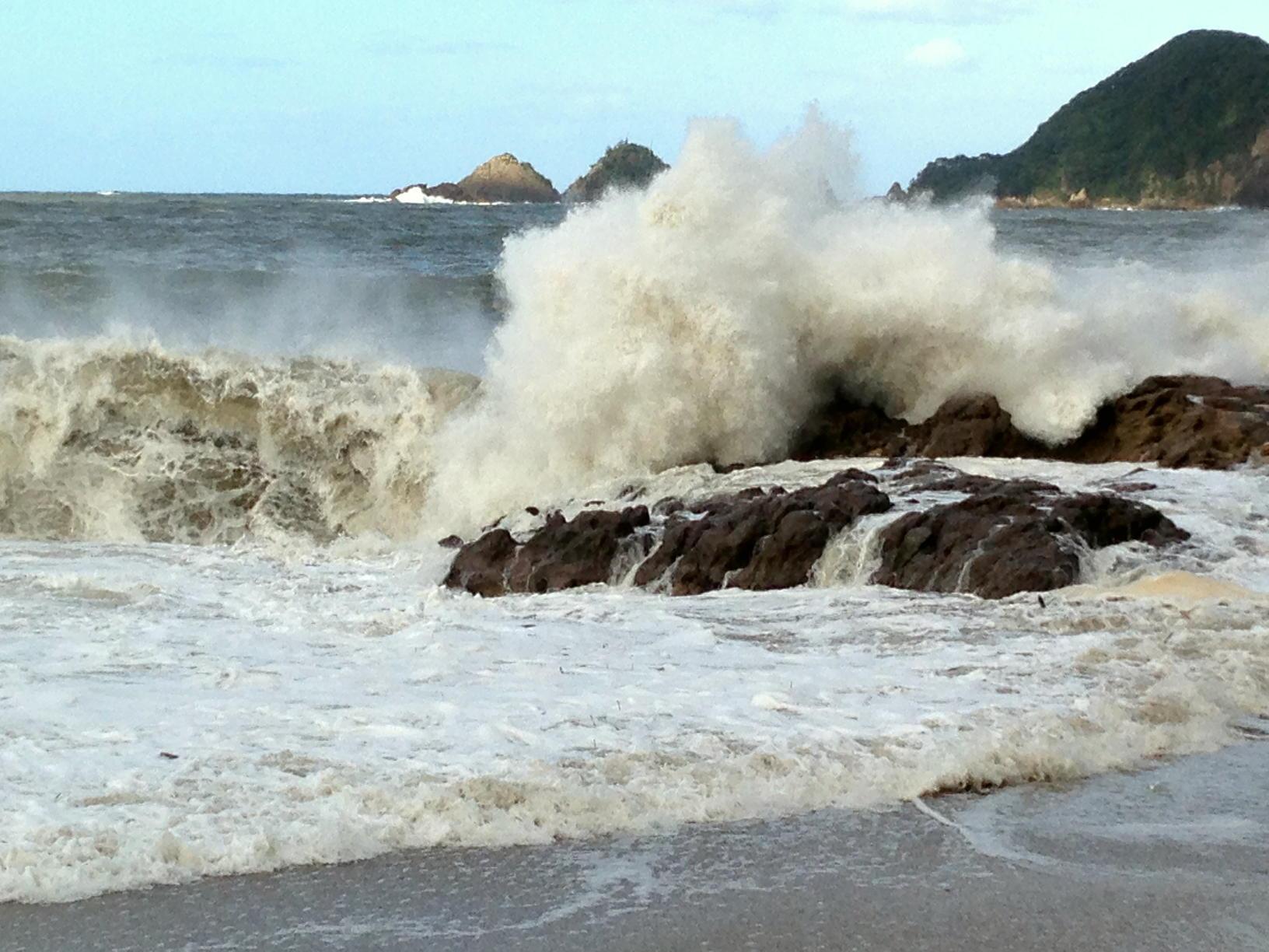 大迫力の波、波、波!!~台風一過の佐津ビーチ