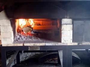 ピザ窯に火をつける