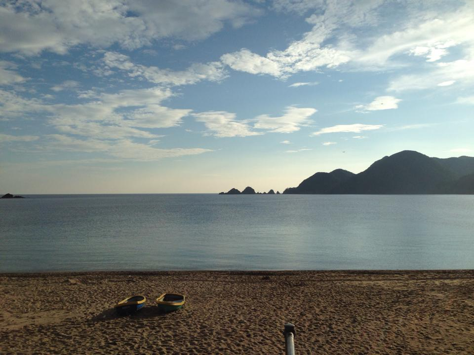 佐津海水浴場の正面は貝殻島、東は輪宝山、西は柴山。どの角度からの風景が好きですか?