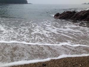 佐津海水浴場の波打ち際の長い波