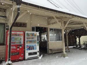 雪の佐津駅