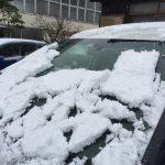 車の雪は運転前にフロントガラスだけでなく、ルーフの雪も落としておきましょう!