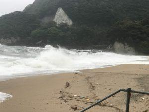 大荒れの佐津ビーチ