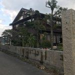 小学校と宿の間にあるコンクリート塀を工事中です(昨年の大阪自身における事故によってできた法律に対する対応です)