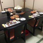 椅子テーブルで足の負担も軽減、かどや1階夕食時の個室での座り方には3つのパターンがあります