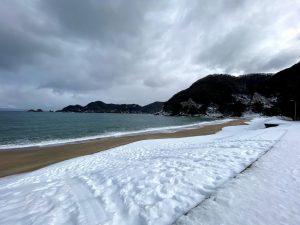 雪の佐津海水浴場東側