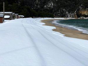 雪の佐津海水浴場西側