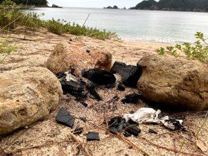 BBQ後の炭を海に放置