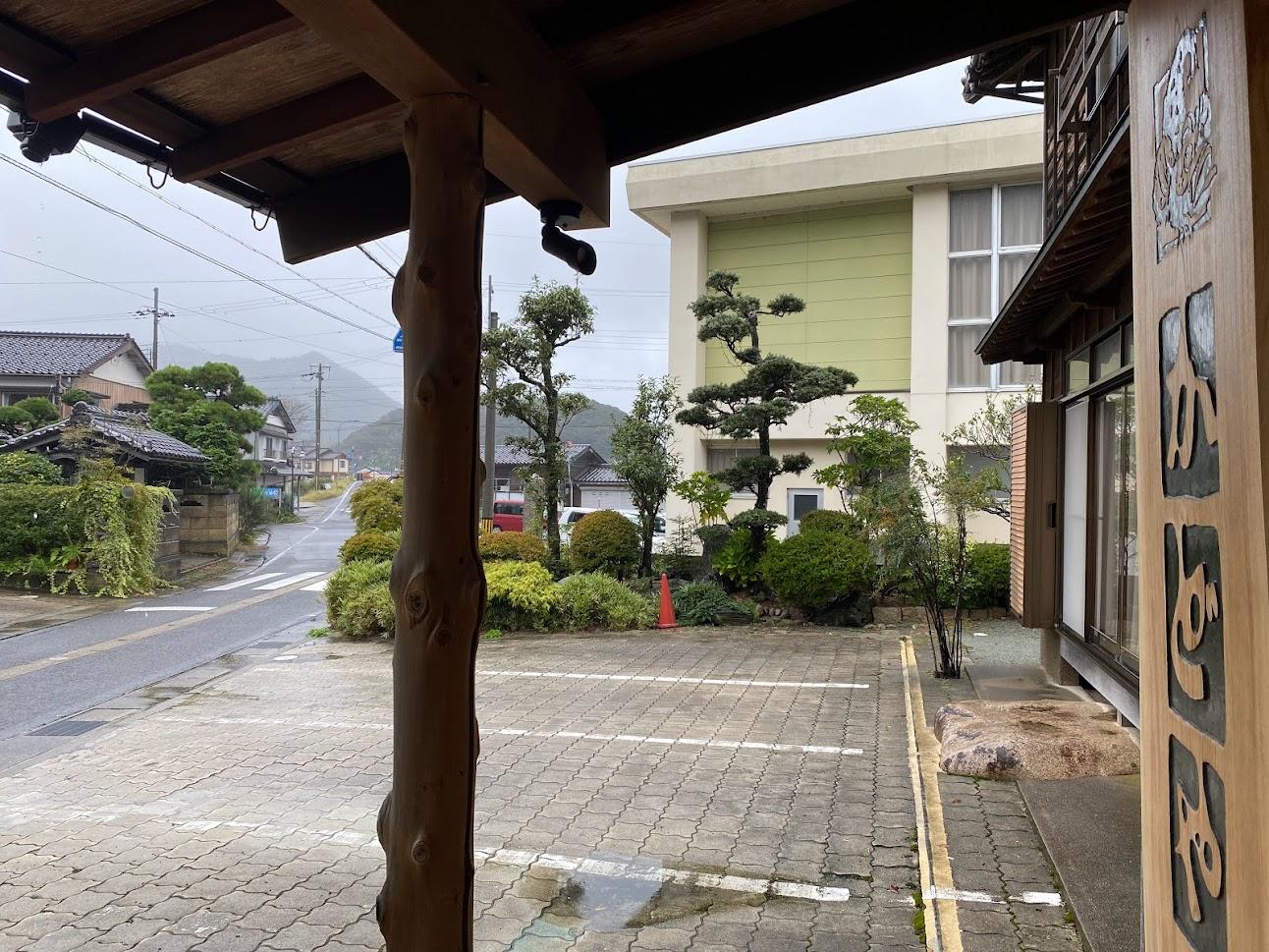 一昨日10月12日、雨の玄関にて。この日は終日雨模様でした